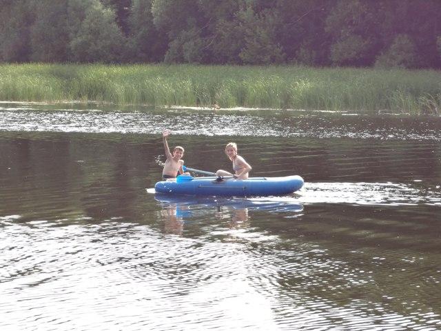 дети катаются на лодке Айгуль