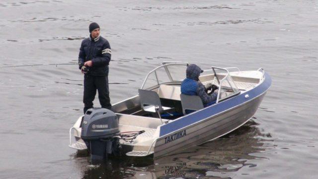 Мужчины ловят с лодки