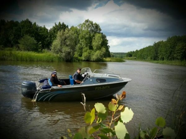 Мужики плывут на лодке